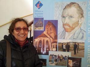 Devant l'affiche de Van Gogh