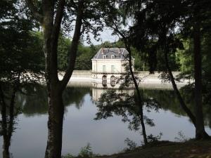 La maison du garde sur le barrage au lac des settons photo Pascale Coutoux