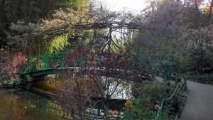 petit pont sur l'étang dans le jardin de Claude Monet
