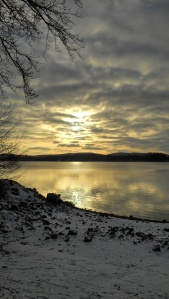 coucher de soleil sur le lac des settons en hiver