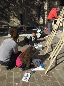 Des enfants en train de peindre