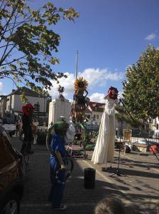 Tout d'abord une troupe d'acteurs-saltimbanques montés sur échasses