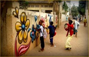 street art Arnaud Rabier fleurs sur un mur à proximité de Dakar