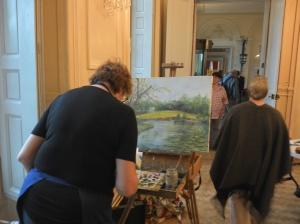 artistes terminant leur travail à l'intérieur du château